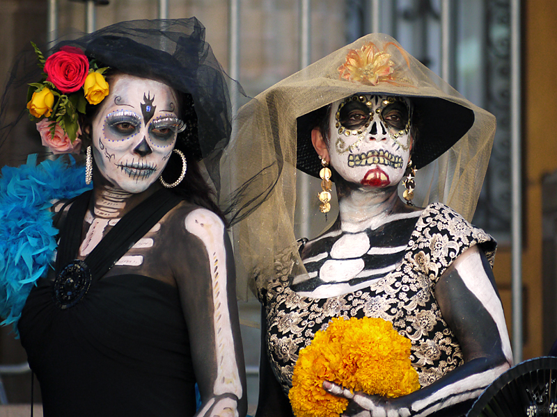 day of the dead and death On the day of the dead (el dia de los muertos), people in mexico remember and honor their dead relatives on this day, they decorate their homes with special home altars featuring playful imagery of human skeletons, and leave offerings of food for the spirits of the dead.